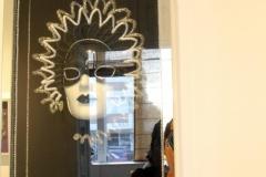 Cada máscara posee una ventana que le impedirá acercarse.