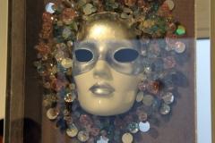El lado secreto y misterioso de la identidad de una mujer que revela la máscara