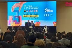 Arturo Coral (CEO de Startup Hero Perú) recibiendo su diploma porparticipar en el evento de la CCL