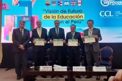 Recibimiento de los diplomas de los participantes