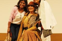 Elena Pasapera junto a dos admiradoras