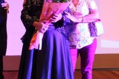 Marita Palomino, artista plástica, escritora y poeta tomándose una foto con una amiga después de interpretar a Madame Bovary