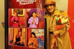 Elena Pasapera, junto al afiche publiciario de Monólogos Femeninos